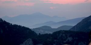 Tepelerin Ardında