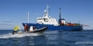 Greenpeace Gemisi Kuzey Buz Denizi'nde Petrol Arama Gemisini Protesto Etti